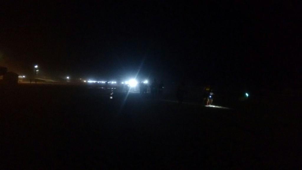 A trilha de corredores e suas lanternas na cabeça...