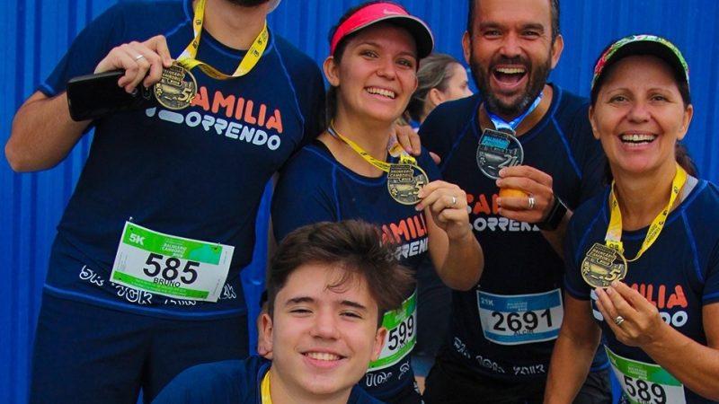FAMÍLIA CORRENDO – Pai, mãe e 3 filhos que correm juntos com muita alegria