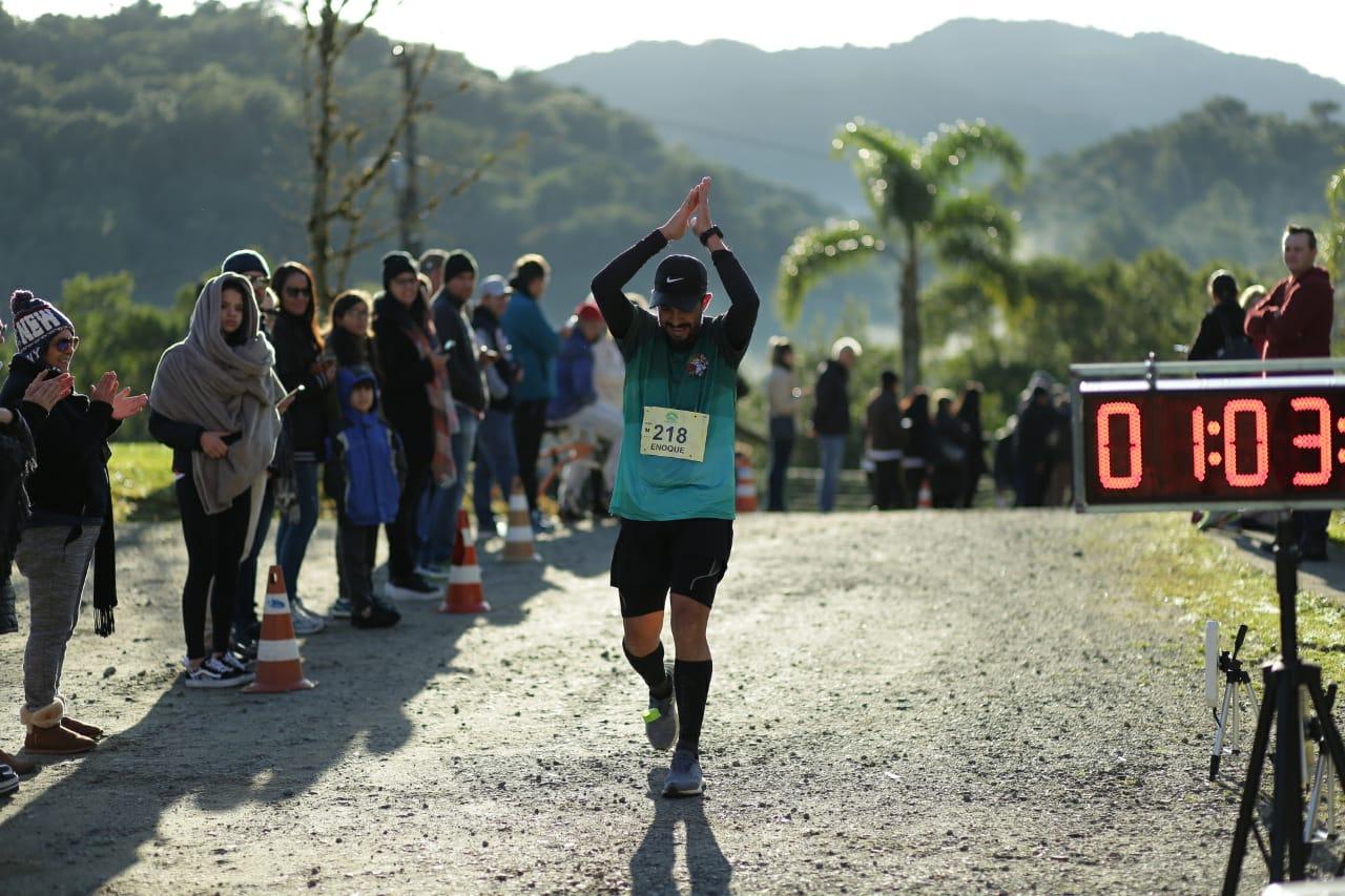 300 corredores vencem o frio na subida da Serra Dona Francisca