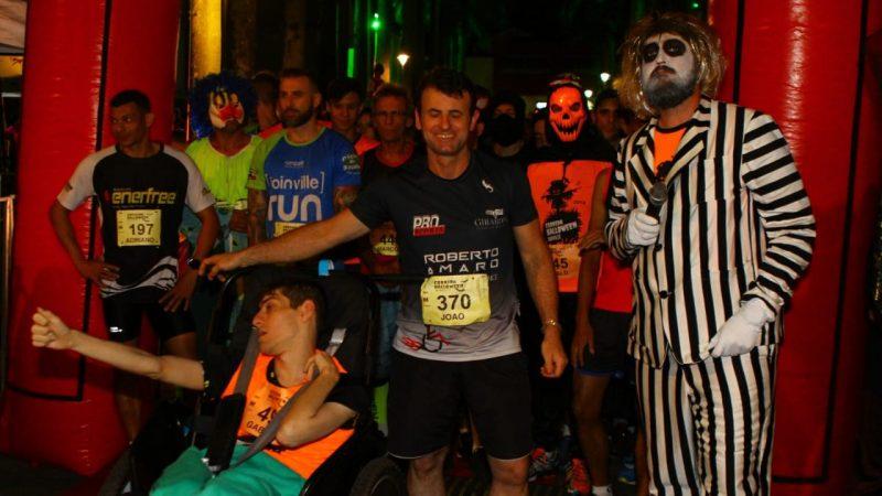 Cartão-postal da cidade, Rua das Palmeiras recebe 700 atletas na Corrida Halloween Joinville